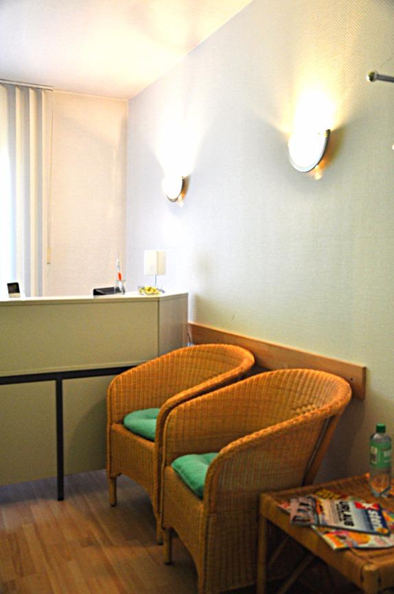 Sitzmöglichkeiten, Tresen, Rezeption, Empfang, Informationen ADHS, Logopädie